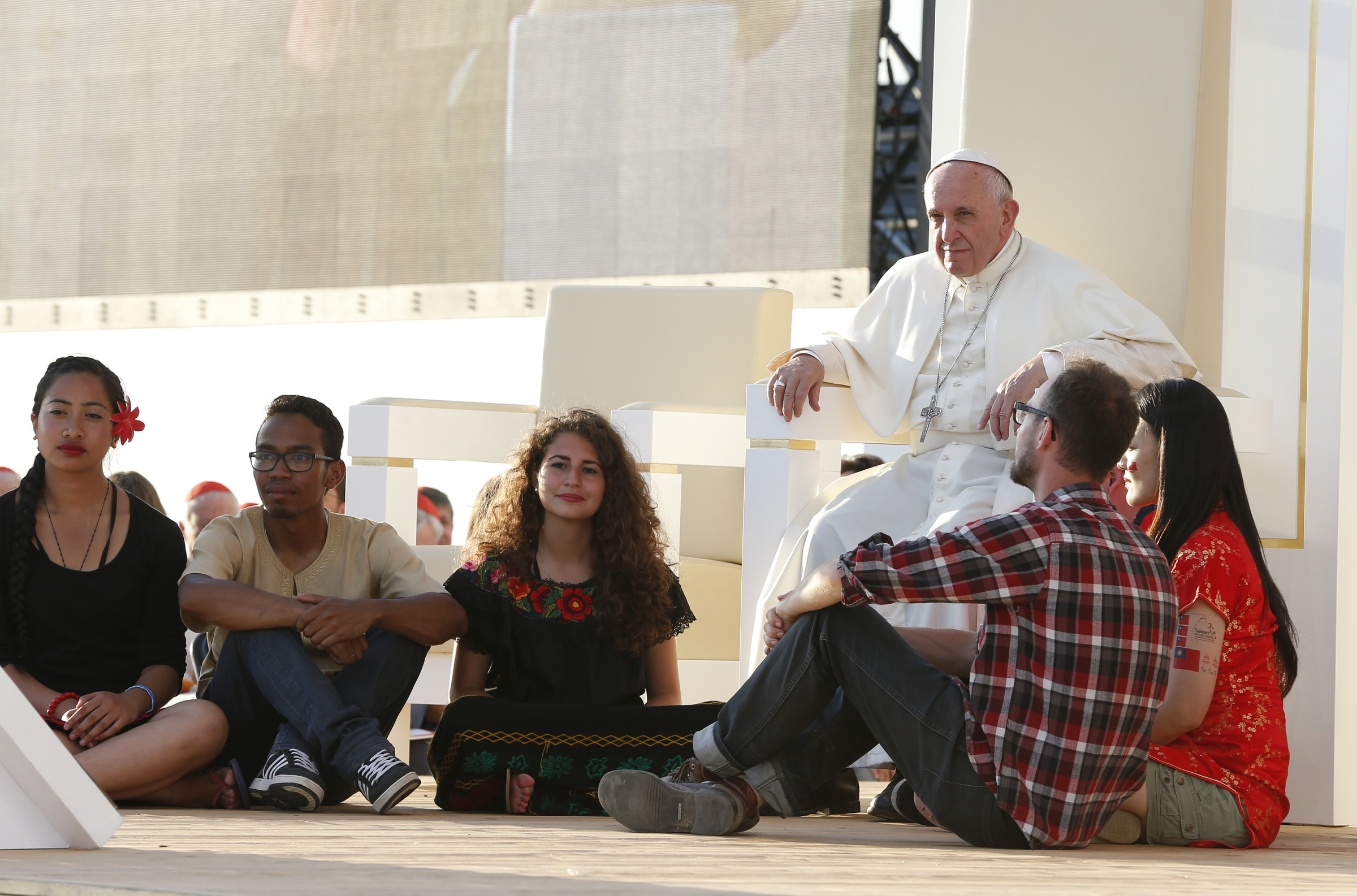 Pope sits with pilgrims