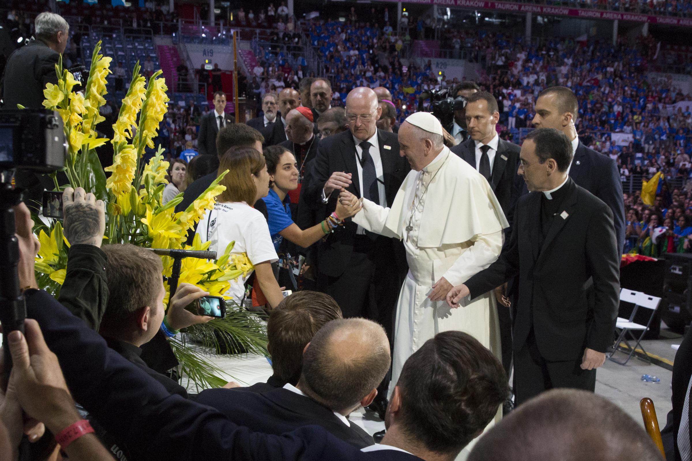 Pope meets volunteers