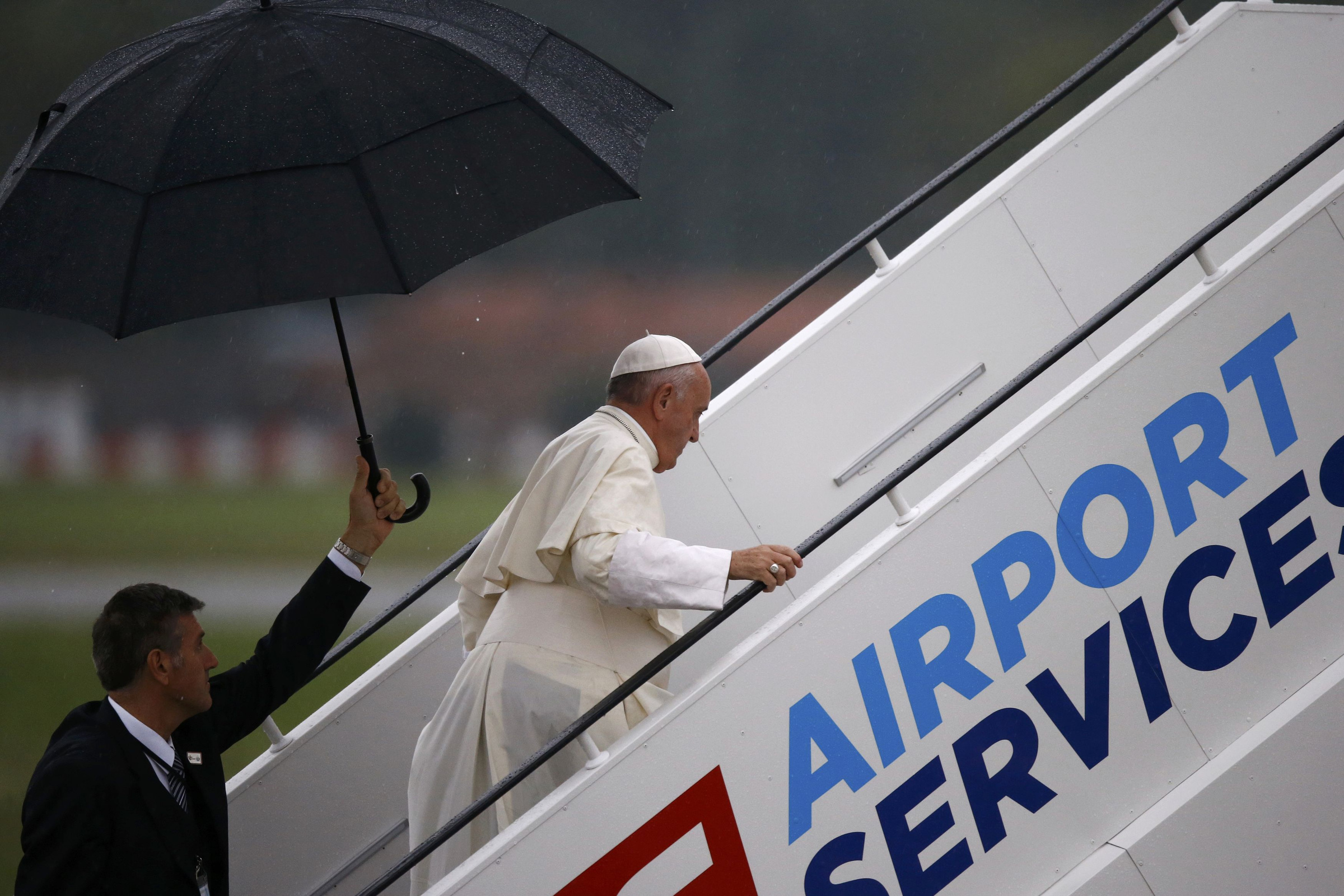 Pope bids farewell to Krakow