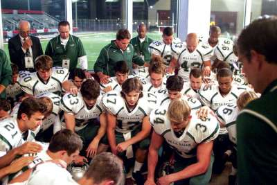 When the Game Stands Tall is a sports film that will appeal even to non-sports fans. It tells the story of De La Salle High School Spartans and its coach, Bob Ladouceur, and how he helps prepare his teen players for life in the real world beyond high school.