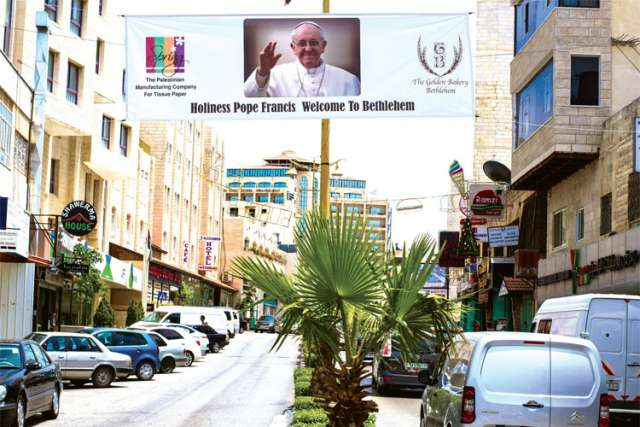A banner welcomes Pope Francis to Bethlehem.