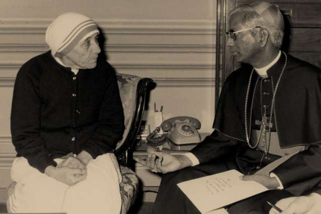 ndian Cardinal D. Simon Lourdusamy, who had been the editor of a Catholic weekly newspaper before coming to Rome to serve as head of the Vatican Congregation for Eastern Churches, died in Rome at the age of 90. He is pictured in an undated photo with Bl essed Teresa of Kolkata.