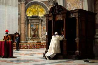 NS photo/L'Osservatore Romano v  03.03.2016  A priest hears confession from Pope Francis during a penitential liturgy in St. Peter's Basilica at the Vatican in this March 28, 2014, file photo.