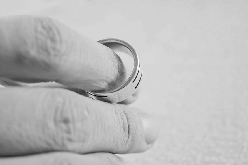 The defender of the bond aims to ensure that the process of declaring nullity is conducted fairly, and upholds the marriage's presumed validity.