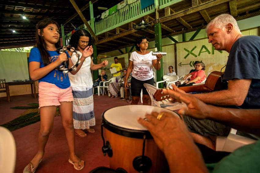 Musicians call CIMI missionaries to begin another session in their week-long meeting in Manaus.
