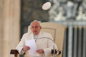 Present in the Eucharist, Jesus transforms those who receive him, Pope says